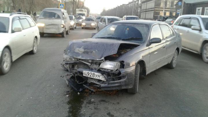 Неудачно развернулся: «Тойота» попала в аварию со встречной машиной около областной ГИБДД