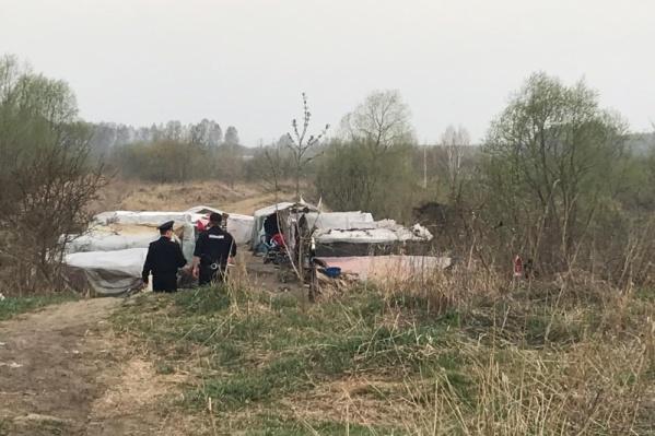 Палаточный лагерь мигранты разбили неподалёку от железнодорожной станции на Западном направлении