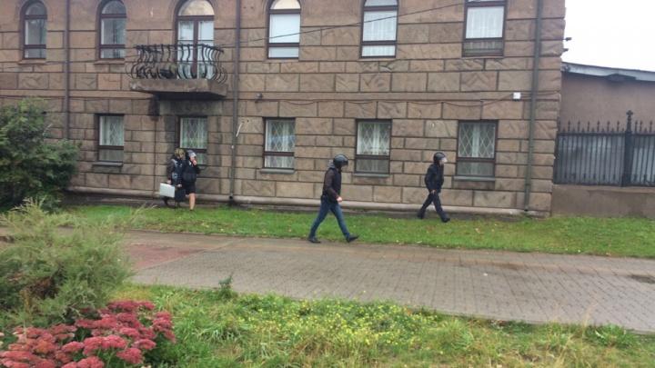 Люди в касках и бронежилетах окружили здание Центробанка в Ярославле
