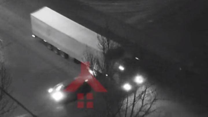 Появилось видео, как легковой автомобиль въехал под фуру