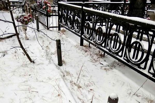 Тюменец Александр рассказал, что цепи буквально сбили с опор, к которым они были приварены