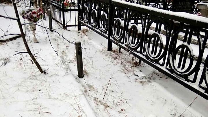 В Тюмени на Верхнеборском кладбище крадут ограды, установленные в прошлом веке