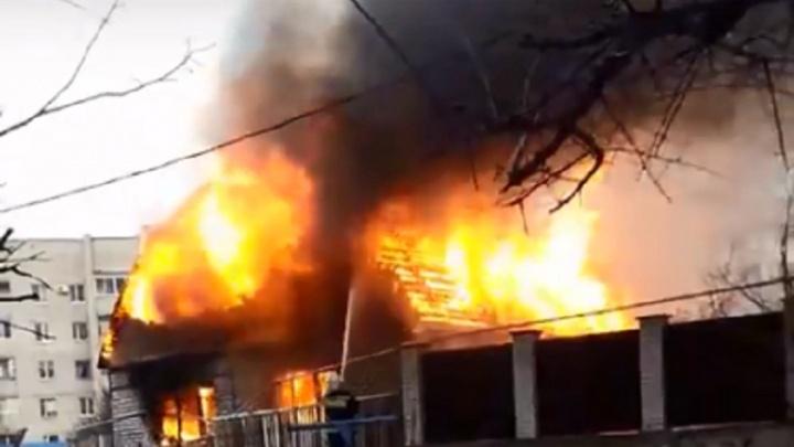 «Огонь охватил все строение»: в Волгограде сгорел частный дом