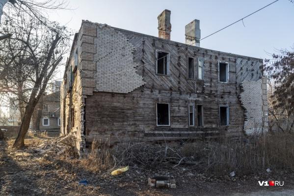Вот так заброшенный дом на Палласовской выглядел до пожара