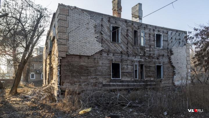 В Волгограде загорелась заброшенная двухэтажка на Палласовской