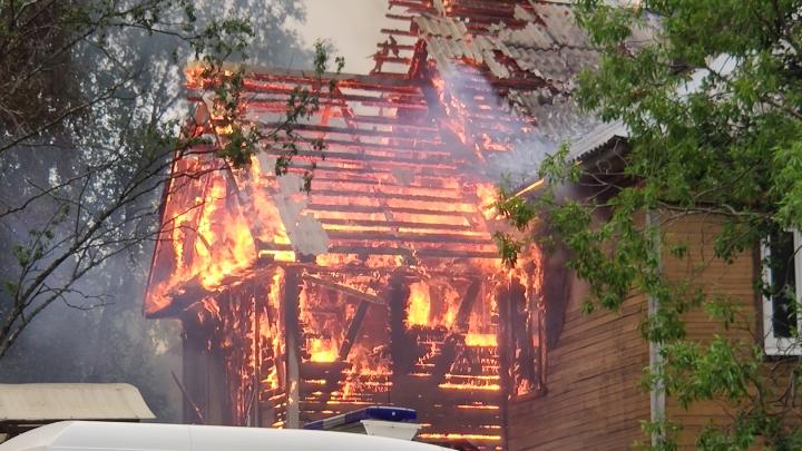 Двух человек спасли из горящего дома в Архангельске