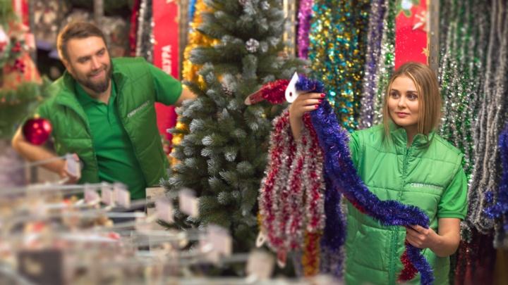 Новогодний ажиотаж: магазины Волгограда готовятся к наплыву покупателей — как обойти очереди на кассе