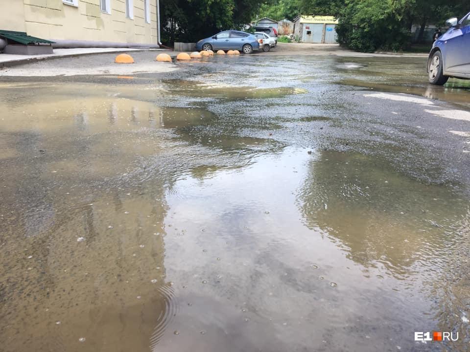 Вода разлилась между жилыми домами