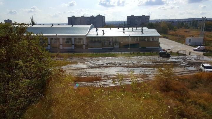 «Не можем подъехать даже на машинах»: непролазная грязь отрезала дорогу к ФОКу на юге Волгограда