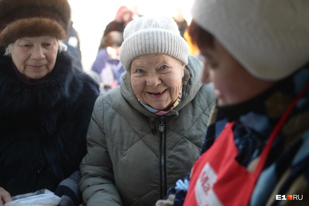 «Несчастная очередь»: истории стариков, которые ежедневно выстраиваются за бесплатным обедом