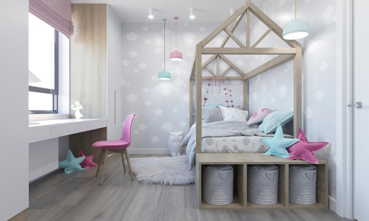 Пример рационального использования пространства: стол установили вместо подоконника, а коробки с игрушками хранятся под кроватью