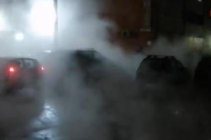 «Утром все авто вмёрзнут в асфальт»: в районе метро Безымянка прорвало трубу с горячей водой