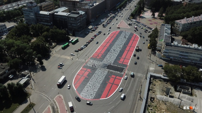 Так выглядят с высоты испорченные граффити. Площадь работы —6,6 тысячи квадратных метров