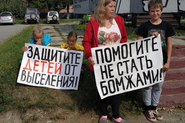 Акция началась в 14 часов возле дома по улице Лейтенанта Амосова, 62