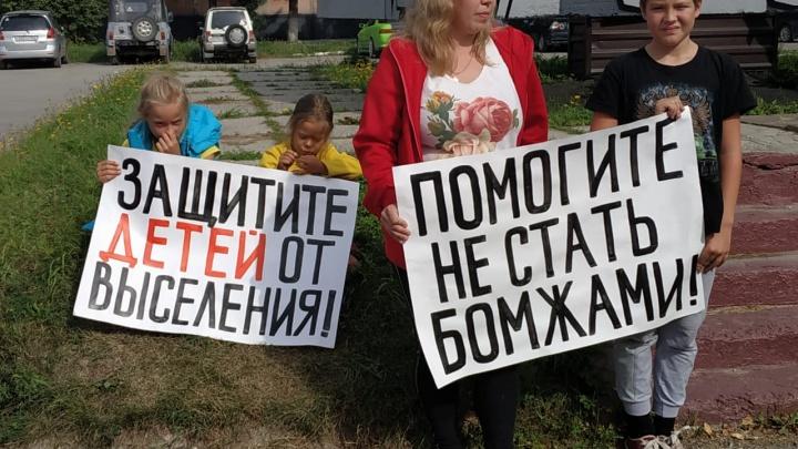 «Защитите от выселения»: жители военного городка устроили митинг