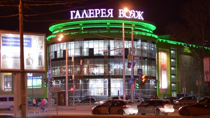 Затолкали в машину и стреляли: тюменских блогеров арестовали за имитацию похищения у ТРЦ