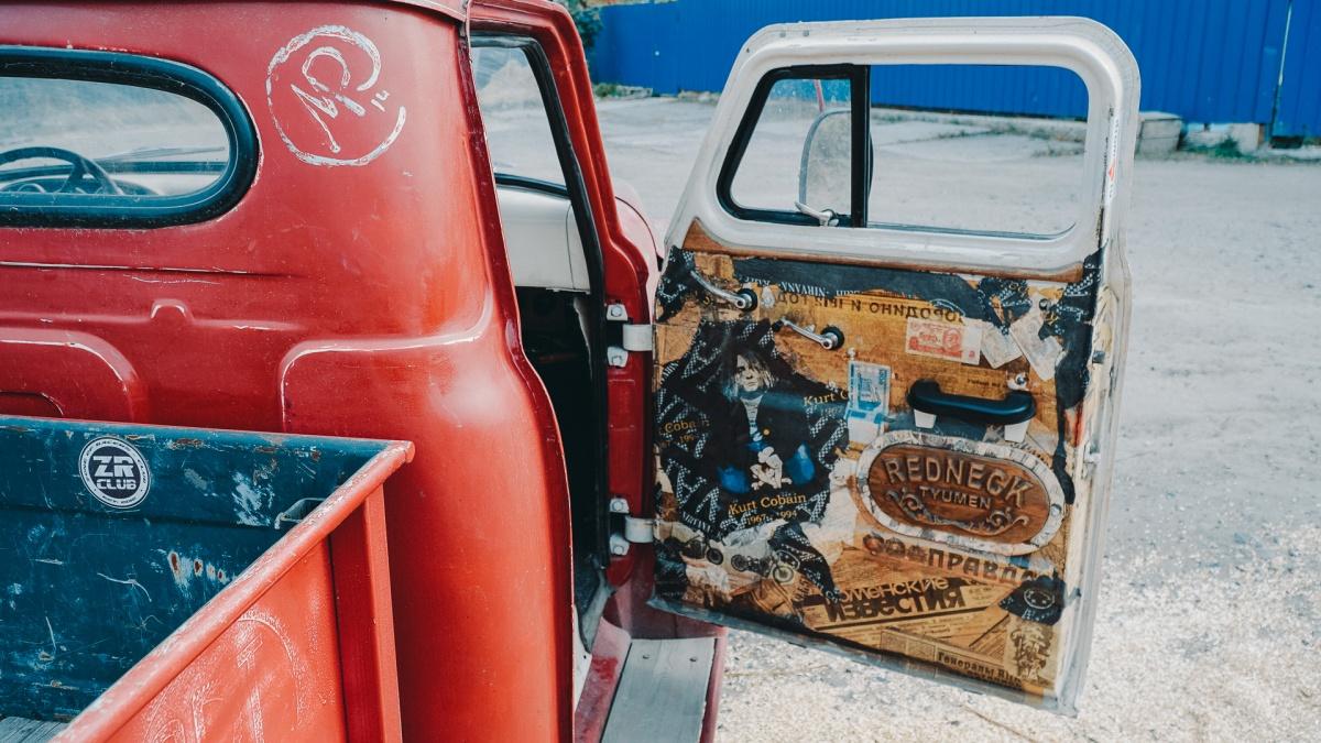 В декорировании машины поучаствовало много людей. Кто-то подарил купюры, привезенные из разных стран, кто-то раздобыл плакаты...