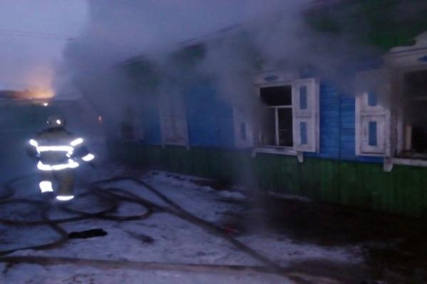 Тушить пожар поехали две автоцистерны и семь спасателей