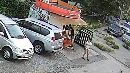 В Екатеринбурге камера видеонаблюдения сняла воровок, вскрывающих киоски с фруктами