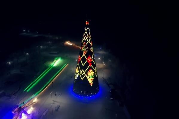 Самая высокая елка России установлена в Красноярске