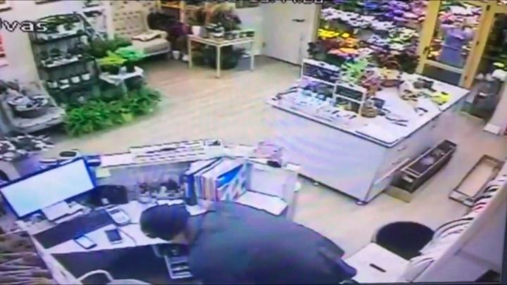 Угрожал ножом: дерзкого грабителя цветочных магазинов поймали в Новосибирске