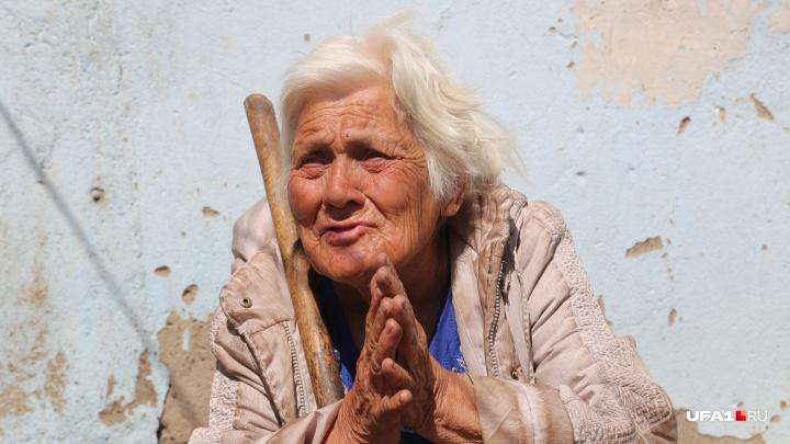 «Помощь нужна не бабушке, а внучке»: в пригороде Уфы живет старушка, которая питается одуванчиками