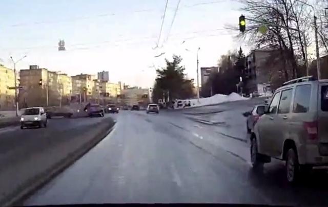 Видео: двое уфимцев, пытаясь «проскочить» на желтый, попали в ДТП