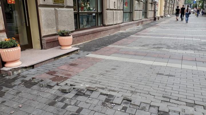 В центре Волгограда спустя месяц вздулась новая брусчатка