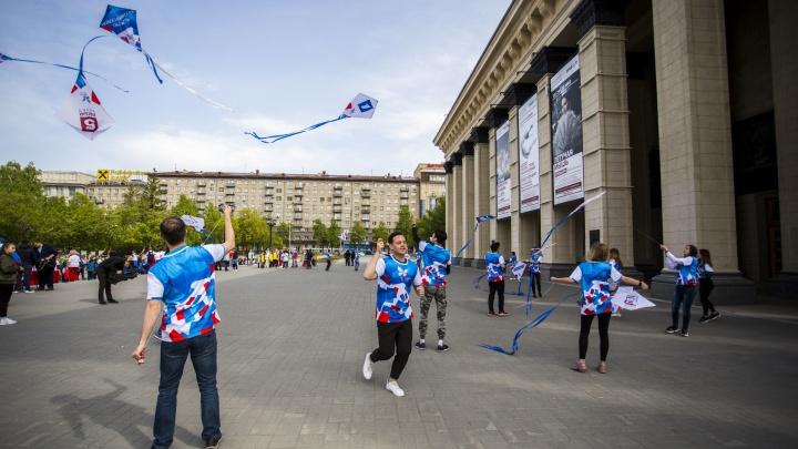 Видео: на площади Ленина запустили два десятка воздушных змеев