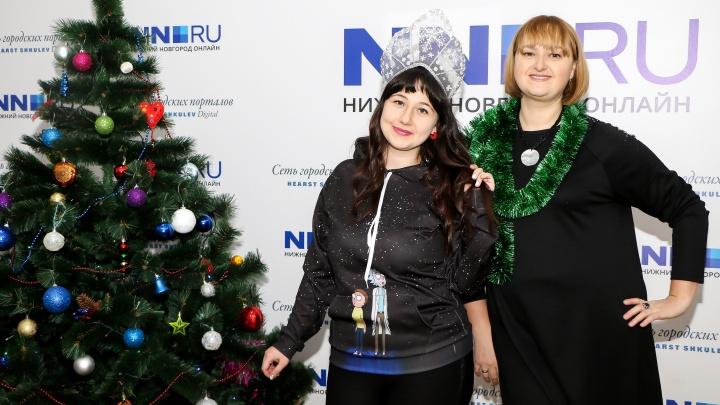 Две девицы на диете: новогоднее видеообращение участниц интернет-реалити о борьбе за новую фигуру