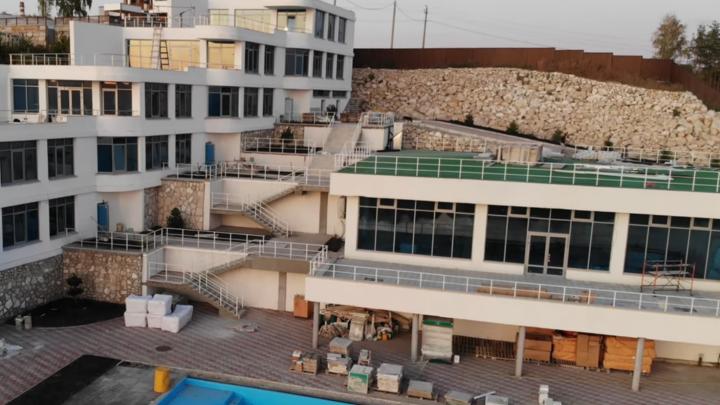 Готов бассейн, уложена плитка: загадочный объект на месте бывшей здравницы сняли на видео