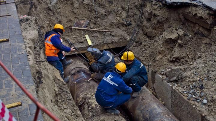 Авария с дырой в асфальте оставила без горячей воды десятки домов в Ленинском районе