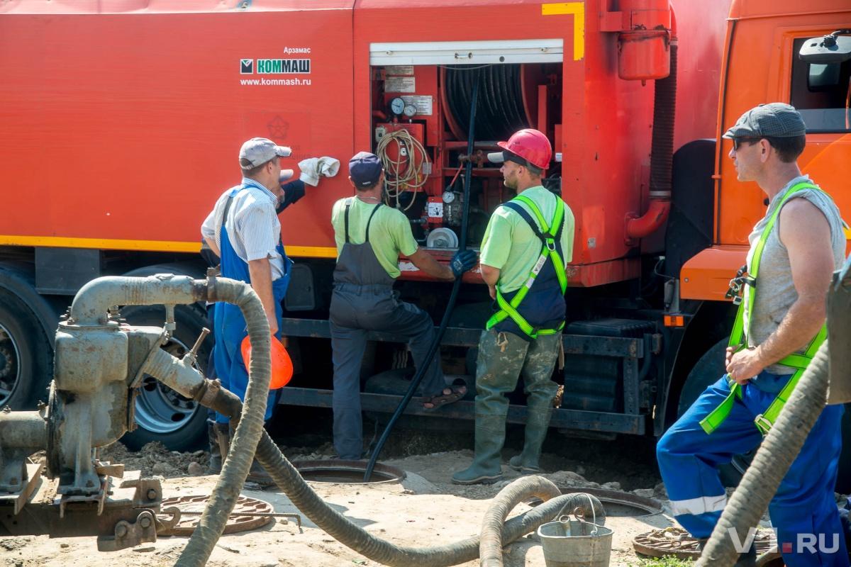 Специалисты восьмой день пытаются вытащить песок из труб