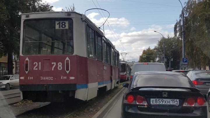Трамваи встали на улице Блюхера после ДТП