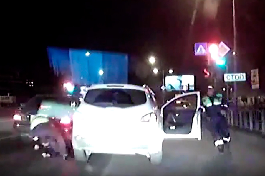 Омские полицейские пояснили, почему грубо задержали водителя Ниссан наОрджоникидзе