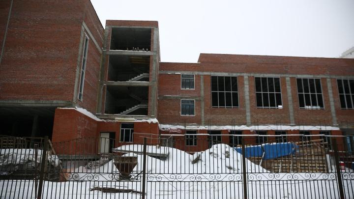 «Хотелик концу года сдать»: мэрия не успела достроить школу, где задерживают зарплаты рабочим
