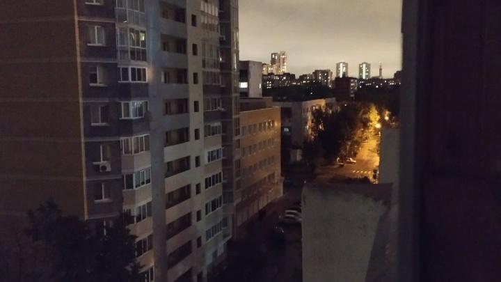 «Погас свет в домах у «Парк Хауса»»: у жителей Пионерского пропало электричество и холодная вода