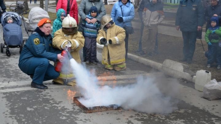 Малыши потушили огонь в парке Маяковского и сфотографировались за рулём пожарной машины
