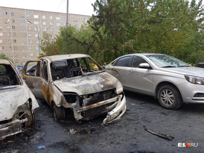 Сгоревшие машины были припаркованы близко друг к другу