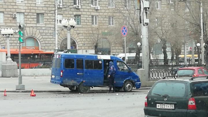 Снова перепутали светофоры? На злополучном перекрестке в центре Волгограда маршрутка снесла иномарку