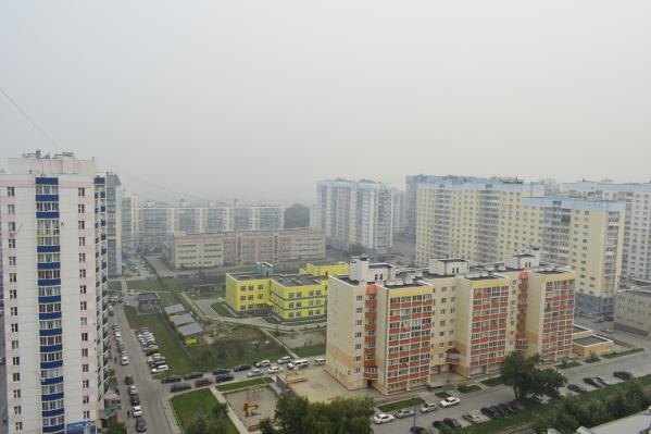 Дым и запах гари пришли в Новосибирск 21 июля. Синоптики прогнозировали, что к 25 июля смог уйдёт. Но прогноз не сбылся