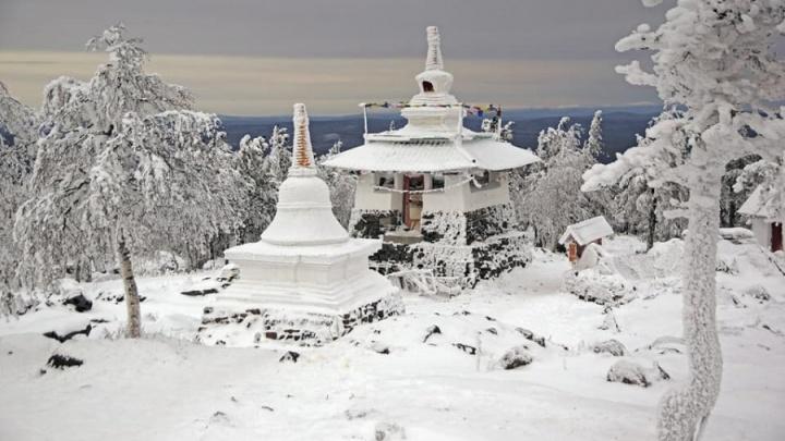 Лучшим фото дня ноября стал заснеженный буддистский храм в Качканаре