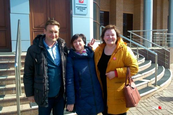 Юристы и председатель инициативной группы по референдуму Елена Калинина (посередине)