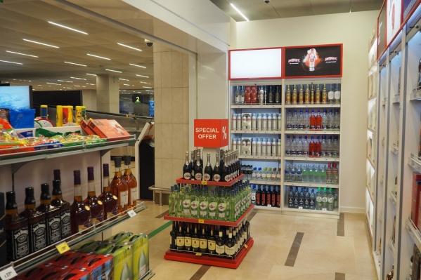 В новом магазине выставлены табачные изделия, алкоголь и сладости