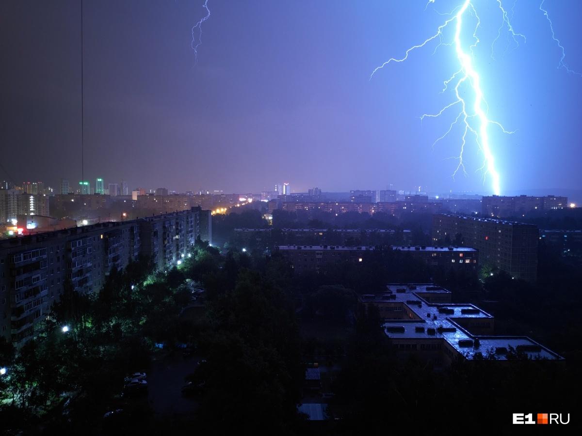 А вот еще фото ночной грозыот читательницы E1.RU Светланы.