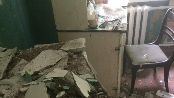 В аварийном доме Уфы обвалился потолок
