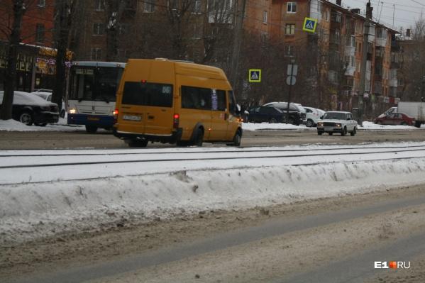 Власти Екатеринбурга хотят, чтобы горожан перестали возить на микроавтобусах малого класса