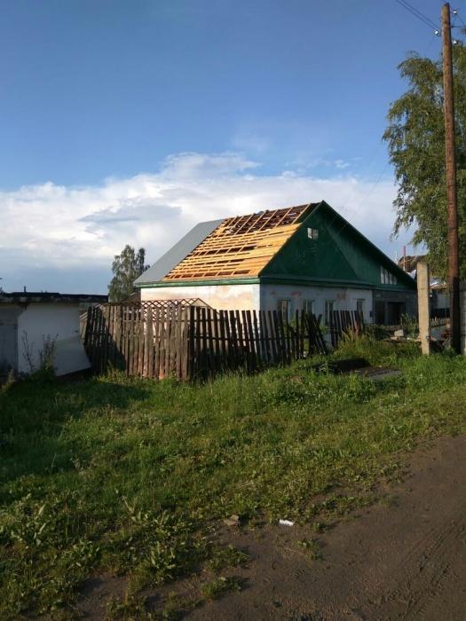 С нескольких крыш сорвало покрытие