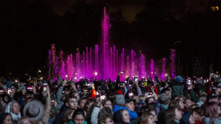 Гульнули со смыслом: в Центральном парке открыли фонтан — под дождем и под песни «Иванушек»