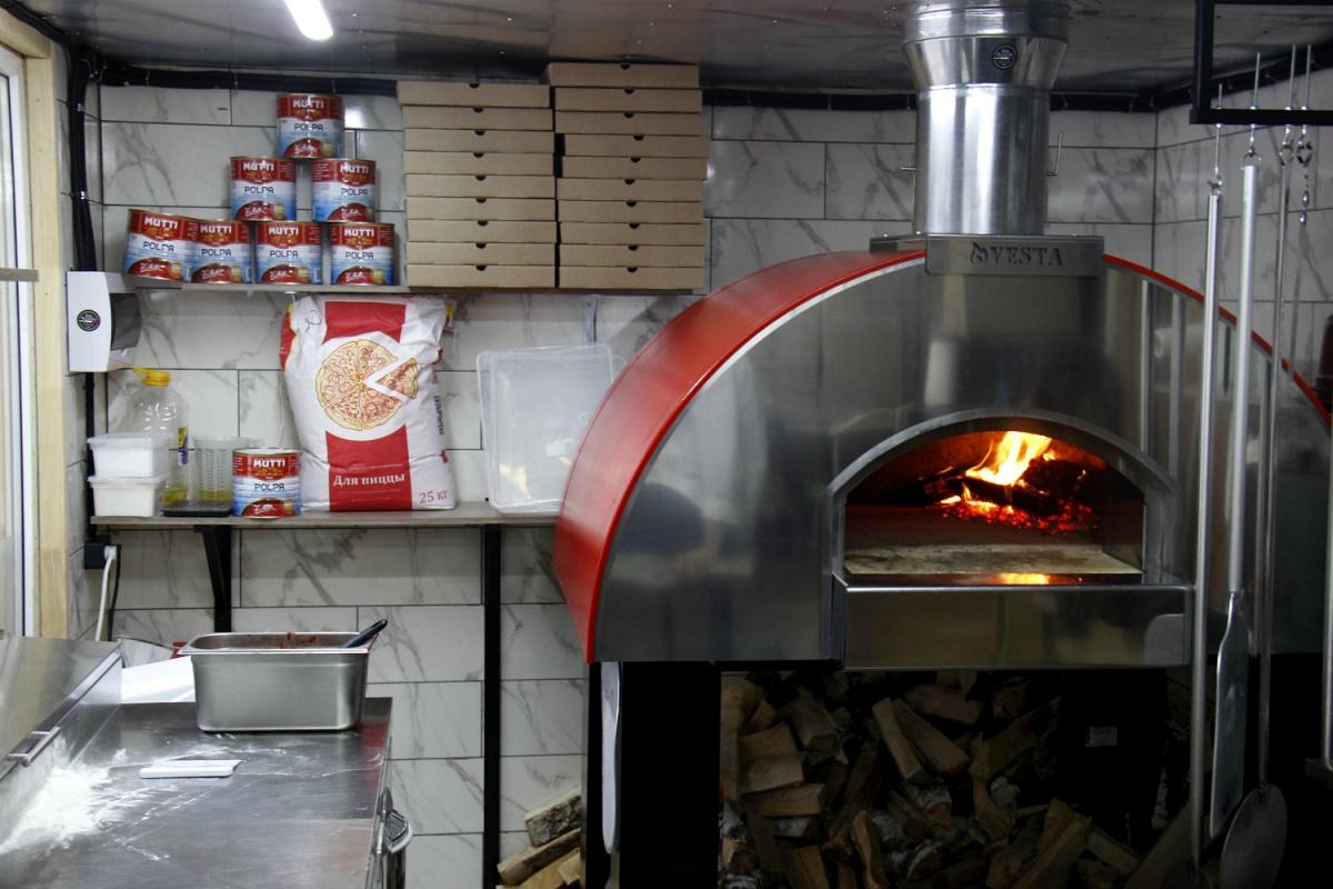 Цены на пиццу в заведении начинаются от 300 рублей за круг